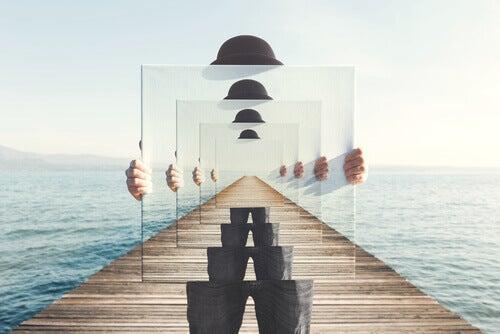 homme tenant un miroir