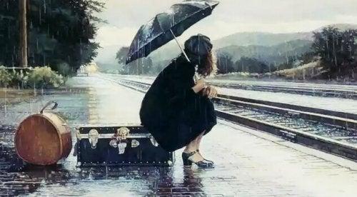 jeune fille qui attend un train
