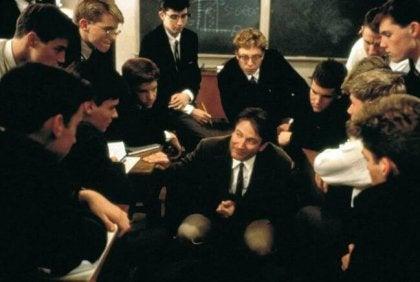 jeunes eleves entourant un professeur