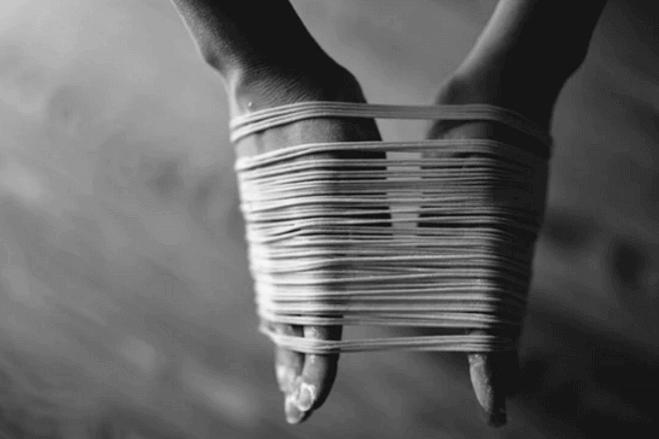 mains liées