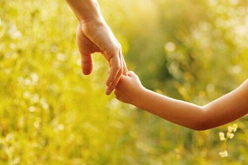 mains d'un père et de sa fille