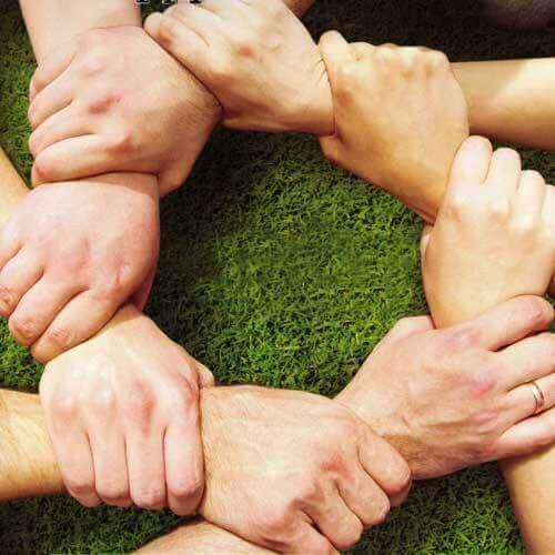 mains qui construisent une societe