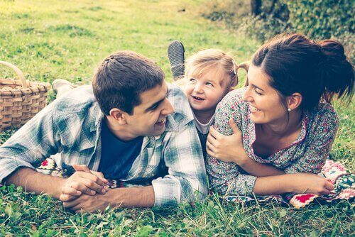 parents avec leur fille dans un champ