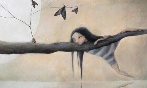 petite fille sur un arbre