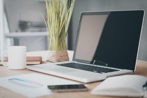 bureau avec ordinateur et smartphone
