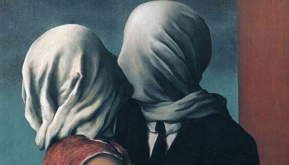 couple aux visages couverts qui s'embrasse