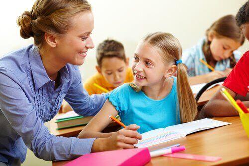 Une enseignante aide son élève à faire son devoir