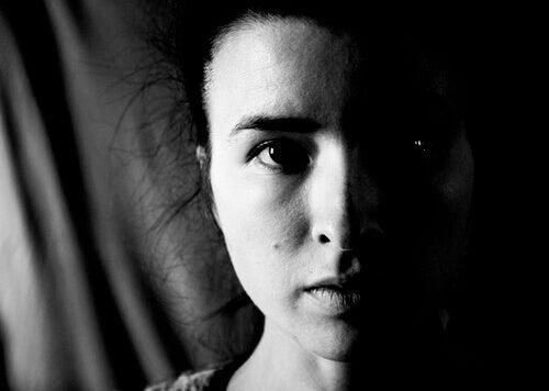 Visage de femme noir et blanc