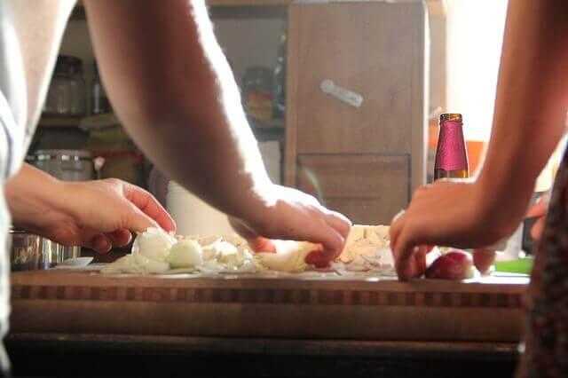 deux personnes qui cuisinent