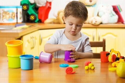 enfant jouant à la pâte à modeler