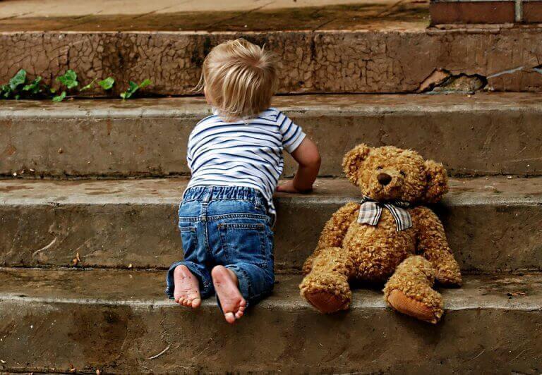 enfant qui marche à quatre pattes
