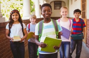 enfants heureux qui sortent de classe