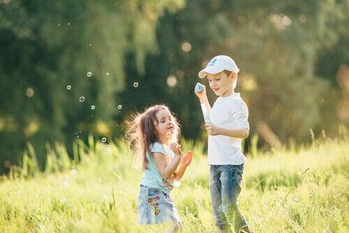 enfants jouant ensemble dans un champ