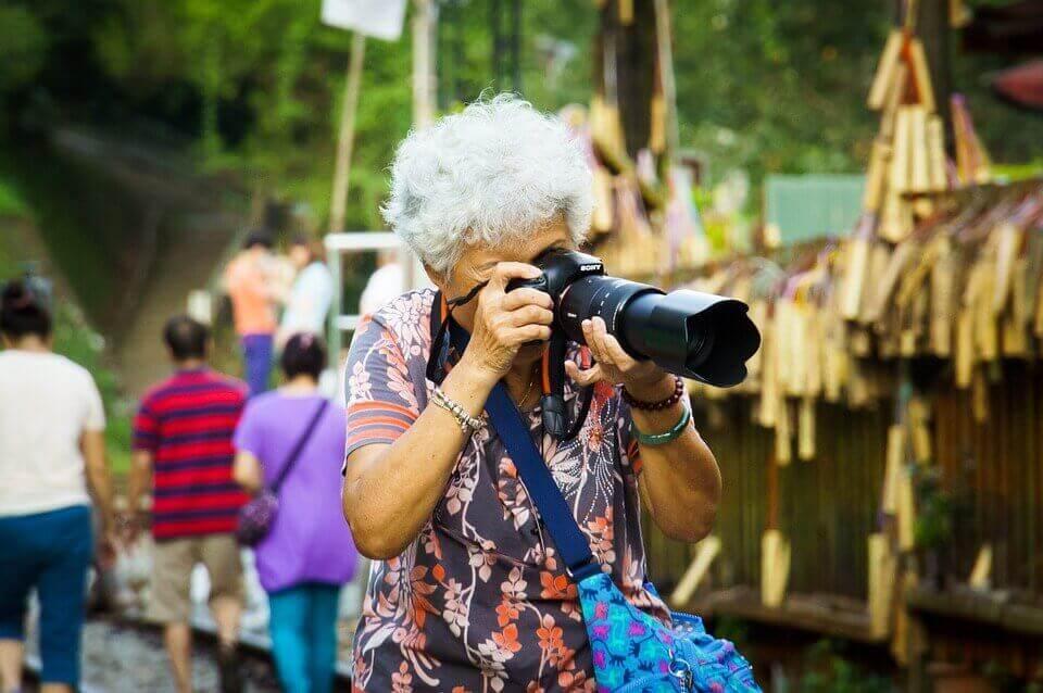 femme âgée qui prend des photos
