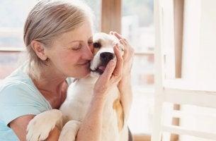 femme avec chien