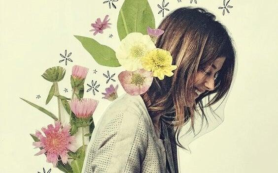femme souriante avec des fleurs dans le dos