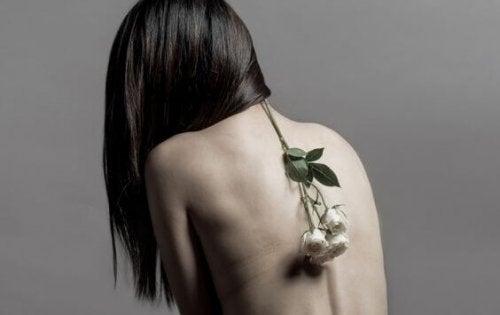 femme avec fleurs dans le dos