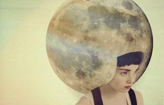 femme avec une lune sur la tête