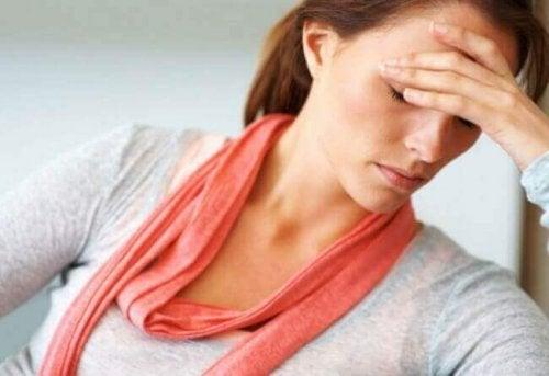 femme avec migraine