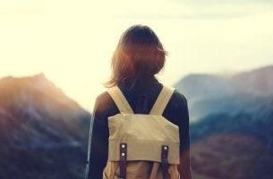 femme avec sac à dos