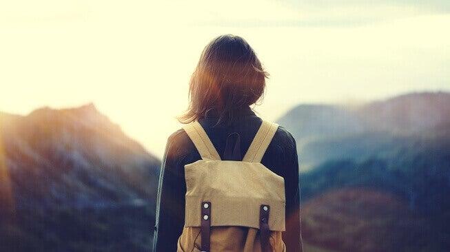 femme face aux montagnes