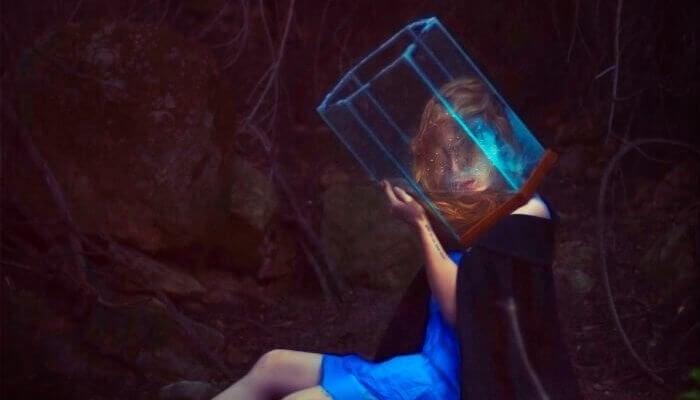 femme ayant la tête enfermée dans un bocal