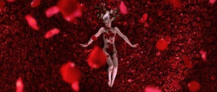 Angela entourée de roses dans le film American beauty