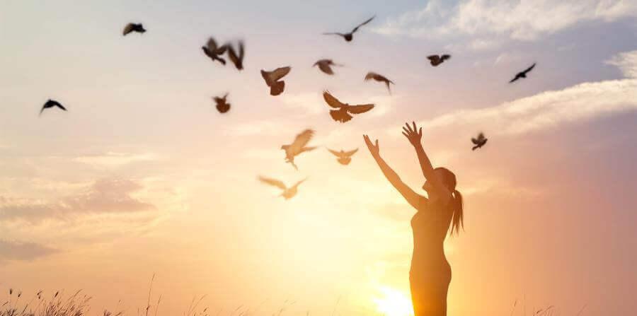 femme lâchant des colombes