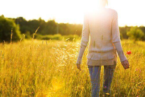 femme marchant dans un champ