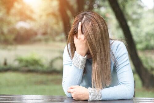 femme préoccupée par sa phobie d'impulsion