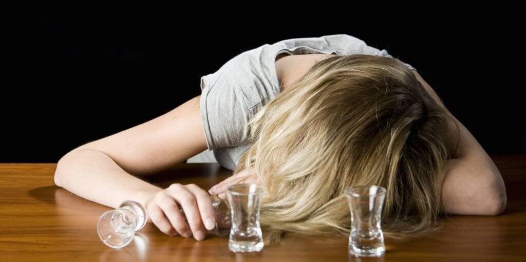 femme ayant un problème avec l'alcool