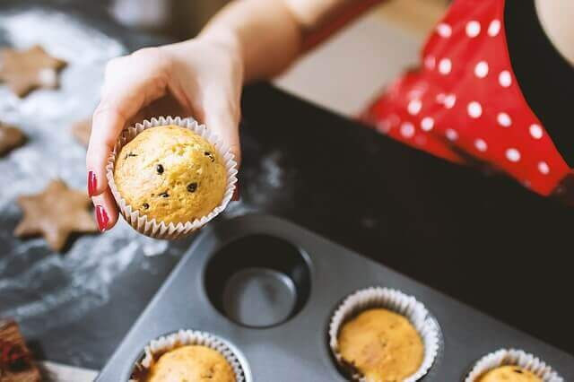 femme qui cuisine des muffins
