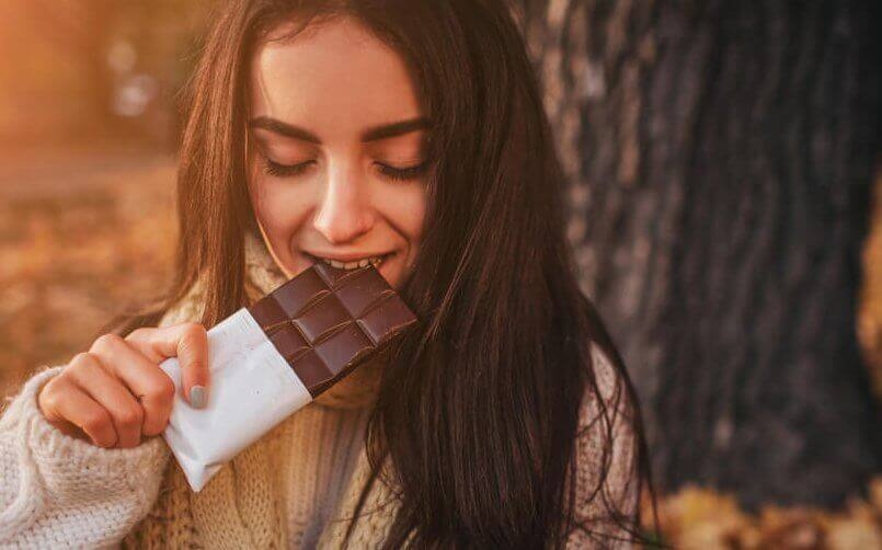 femme qui mange du chocolat