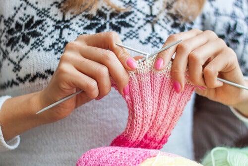 femme qui fait du tricot