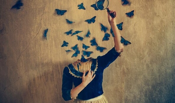 femme sans tête dont s'échappent des papillons