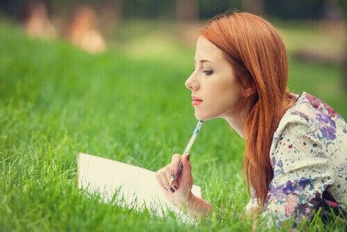 femme tenant un journal
