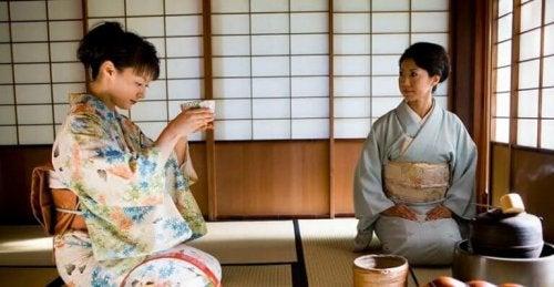 femmes en pleine cérémonie du thé