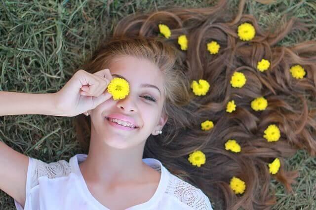 adolescente avec des fleurs