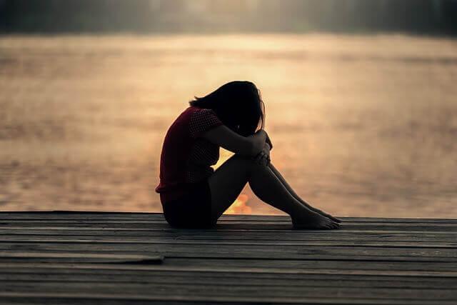 fille adolescente qui pleure sur une jetée