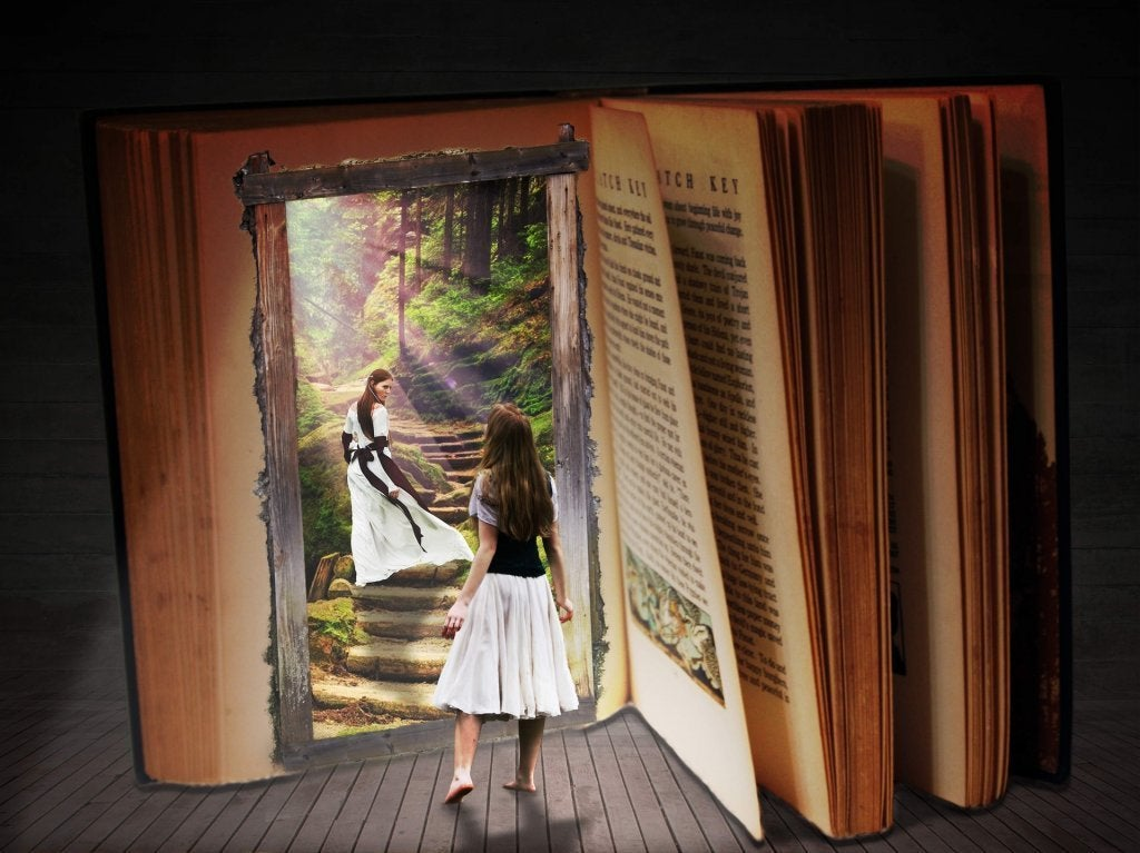 fille qui ouvre un livre