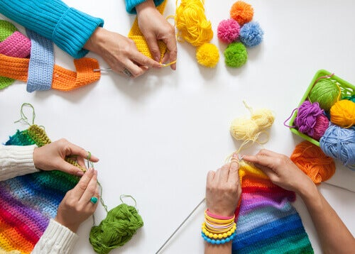groupe faisant du tricot