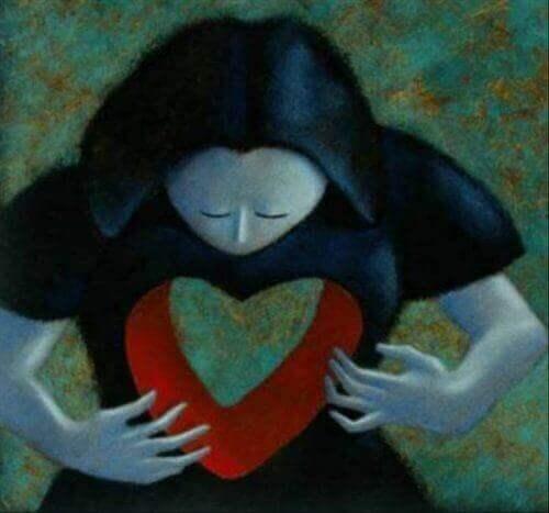 femme avec un trou en forme de coeur dans le buste