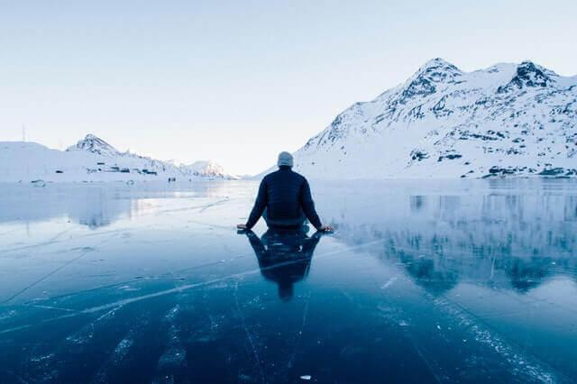 homme face à un paysage glacé