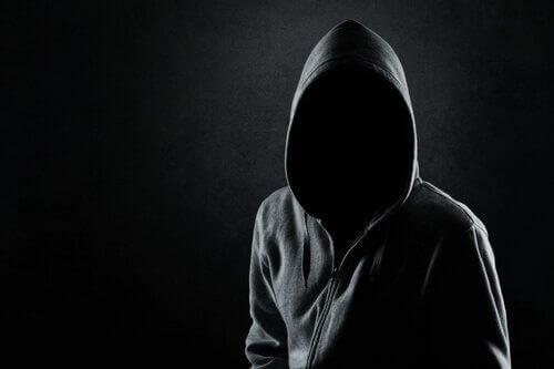 personne avec une capuche au visage caché