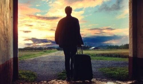 homme avec une valise