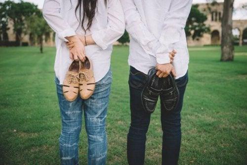 un homme et une femme à la campagne