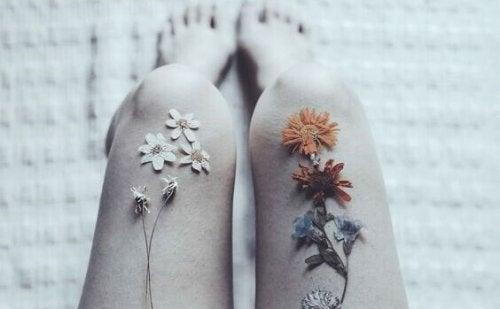 jambes avec des fleurs