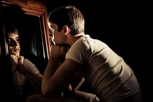 jeune adolescent qui se regarde dans un miroir