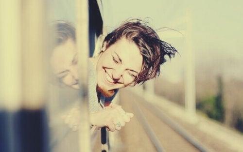 jeune femme par une fenêtre de train