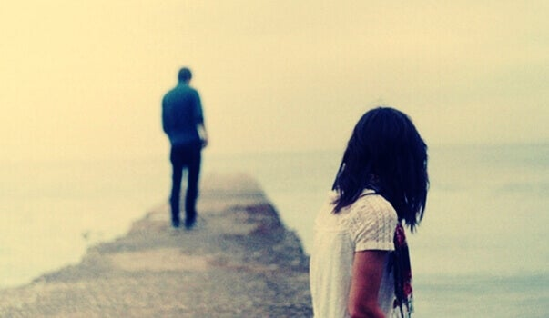 jeune homme s'éloignant de sa compagne